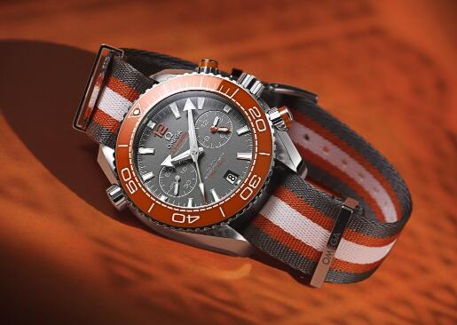 The gray-white-orange NATO strap endows the timepiece with sporty style.